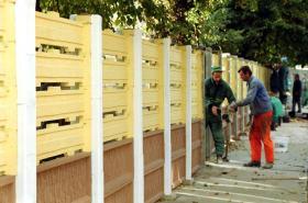 Ukončení hrubé stavby plotu v Matiční (13. října 1999)