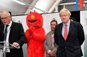 Boris Johnson s protikandidáty během vyhlašování výsledků
