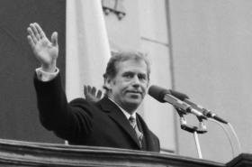 Václav Havel po zvolení prezidentem na balkoně Pražského hradu, 29. 12. 1989