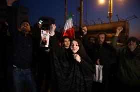 Íránci oslavují raketový útok na základny, v nichž jsou američtí vojáci