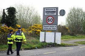 Policisté na hranici mezi Irskou republikou a Severním Irskem