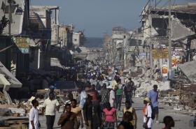 Port-au-Prince krátce po zemětřesení. Přeživší čekají v ulicích na pomoc