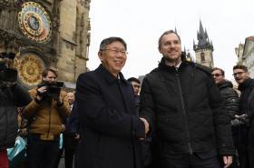 Pražský primátor Zdeněk Hřib (Piráti) (vpravo) a starosta Tchaj-peje Kche Wen-če