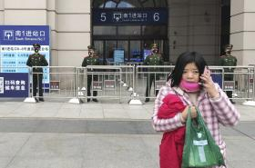Nádraží ve Wuchanu pod dozorem policie