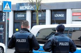 Policie před místem střelby v německém Hanau