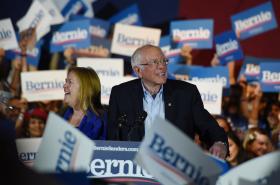 Bernie Sanders oslavuje v Nevadě s manželkou vítězství