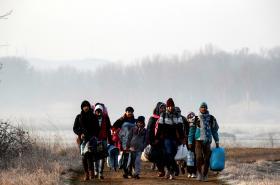 Skupina migrantů u řeky Evros na turecko-řecké hranici