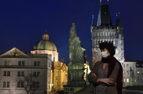 Žena s rouškou na Karlově mostě