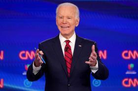 Joe Biden se přiblížil nominaci