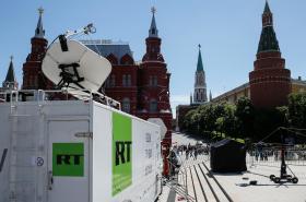 Přenosový vůz stanice RT u Rudého náměstí