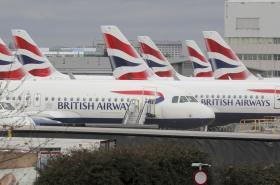 Letadla British Airways zaparkovaná na letišti Heathrow v Londýně