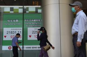 Snímek zachycuje tabuli s hongkongskými indexy