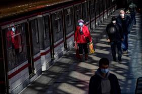 Lidé ve vestibulu stanice metra Rajská zahrada v Praze