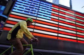 Cyklista projíždí New Yorkem