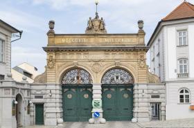 Brána Plzeňského Prazdroje s rouškou