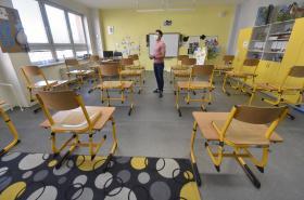 Někteří školáci se vrátí do lavic až v září