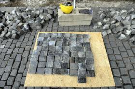 Dlažební kostky, které se našly při rekonstrukci Václavského náměstí v Praze a jsou z rozřezaných židovských náhrobků