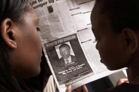 Fotka Feliciena Kabuga v novinách z roku 2002