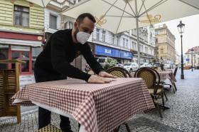 V ulicích měst pozvolna ožívají restaurační zahrádky
