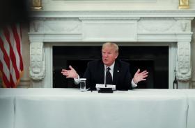 Donald Trump hovořil v pondělí v Bílém domě o prevenci před koronavirem