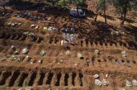 Pochovávání obětí covid-19 v brazilském Sao Paulu