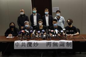 Prodemokratičtí poslanci a aktivisté mluví během tiskové konference proti zvažovanému zákonu