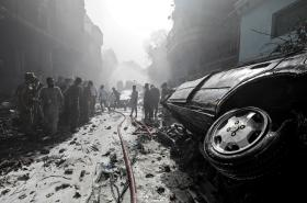 Následky leteckého neštěstí v Pákistánu