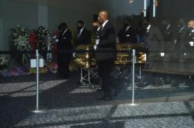 Ostatky Afroameričana George Floyda jsou neseny do pohřební síně