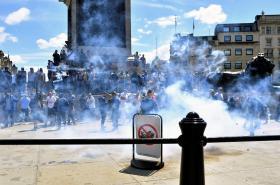 Protesty na Trafalgarském náměstí v Londýně
