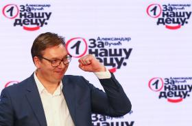 Alexandar Vučič oslavuje volební vítězství