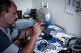 Ruční výroba hudebních nástrojů v společnosti Amati -Denak v Kraslicích