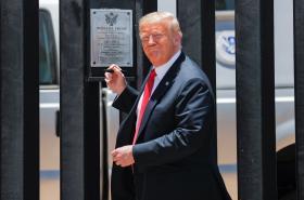 Donald Trump u pohraniční zdi s Mexikem