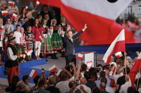 Andrzej Duda oslavuje výhru v prvním kole