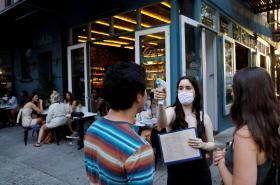 SErvírka jedné z restaurací na Manhattanu měří zákazníkům teplotu