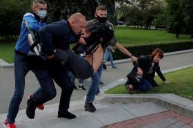 Policisté mimo jiné v civilu zadržují demonstranty po vyřazení opozičních kandidátů z běloruských voleb