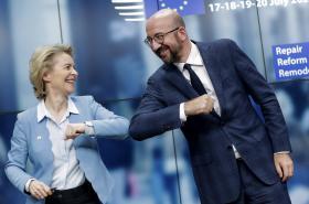 Předsedkyně Evropské komise Ursula von der Leyenová a předseda Evropské rady Charles Michel