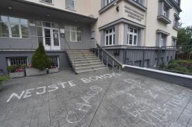 Nápisy, které se objevily v pátek před KHS v Ostravě