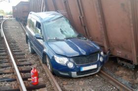 Vykolejené vagony poškodily osobní auto