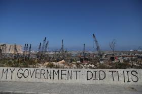 Nápis u zničeného okolí bejrútského přístavu