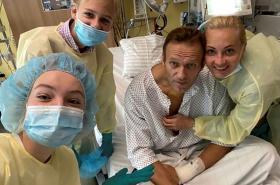 První fotka Alexeje Navalného po otravě