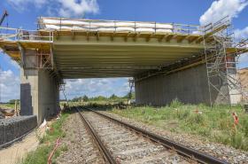 Stavba dálnice D11 ve Všestarech u Hradce Králové pokračuje výstavbou mimourovňové křižovatky.