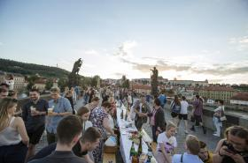 Večeře na Karlově mostě organizovaná Ondřejem Kobzou