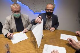 Podpis dohody o koordinaci povolebního vyjednávání v kanceláři hejtmana Netolického (vpravo)