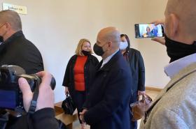 Talabani vchází do soudní síně