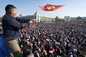 Lidé v kyrgyzstánském Bišteku protestují proti výsledkům parlamentních voleb