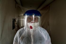 Ukrajinský lékař Oleh Hornostayev prochází koridorem nemocnice ve Stryji