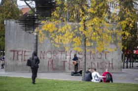 """""""Sever není Petriho miska."""" Pouliční umělec v Manchesteru před graffiti zaměřenému proti přísným opatřením"""