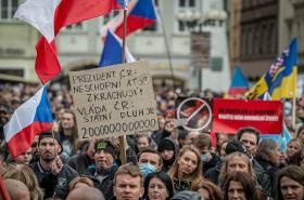 Demonstrující proti koronavirovým opatřením na Staroměstském náměstí v Praze
