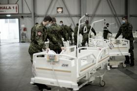 Vojáci v pražských Letňanech připravují polní nemocnice, která bude fungovat jako zařízení pro pacienty s koronavirem.