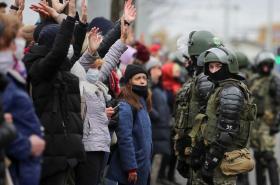 Nedělní protesty v běloruském Minsku a zásah policie a vojáků